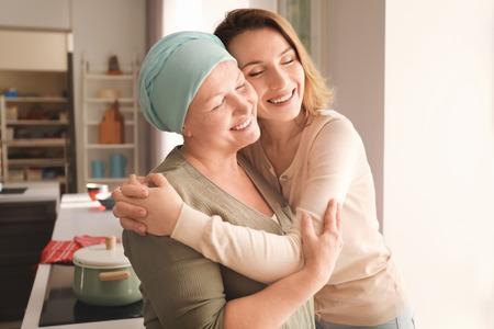 Jeune femme rendant visite à sa mère atteinte d'un cancer à l'intérieur