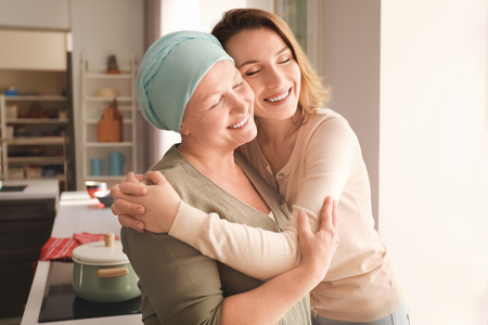 Young woman visiting her mother with cancer indoors Standard-Bild - 112685777