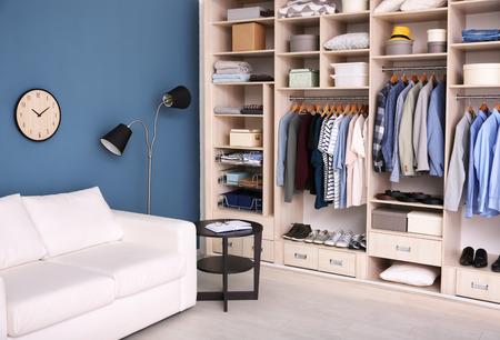 Interior de vestidor con armario grande