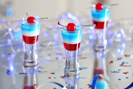 Layered cocktails in colors of American flag on table Banque d'images