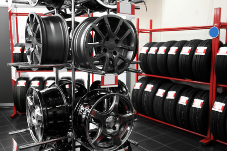 Stand with alloy wheels in modern tire store 免版税图像