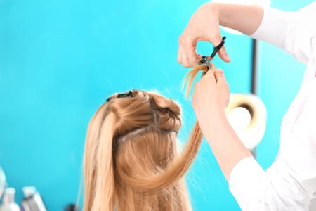 Professioneller Friseur, der mit Kunden im Salon arbeitet