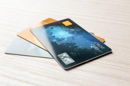 Carte di credito sul tavolo, primo piano