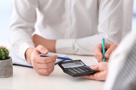 Dojrzała para omawia plan emerytalny z konsultantem, zbliżenie