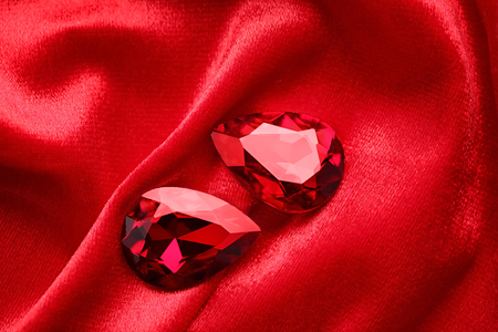 Precious stones for jewellery on red velvet Standard-Bild - 112783210
