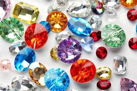 Piedras preciosas de colores para joyería sobre fondo blanco.