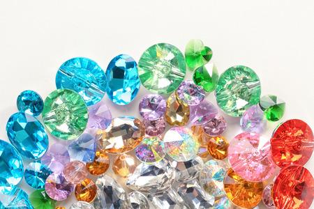 Pierres précieuses colorées pour bijoux sur fond blanc