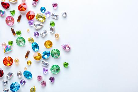 Pietre preziose colorate per gioielli su sfondo bianco