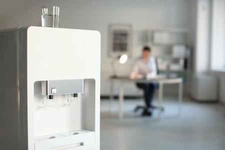 Refroidisseur d'eau moderne au bureau Banque d'images