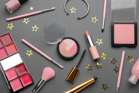 Set of decorative cosmetics and accessories on grey background, flat lay 免版税图像