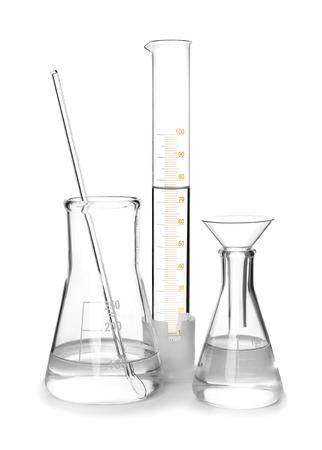 Cristalería de laboratorio diferente sobre fondo blanco.
