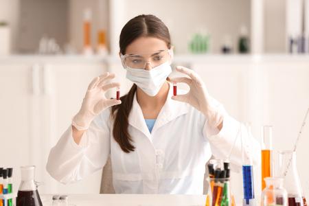 Femme scientifique travaillant en laboratoire Banque d'images