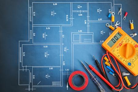 Płaska kompozycja z narzędziami elektrycznymi na planie domu