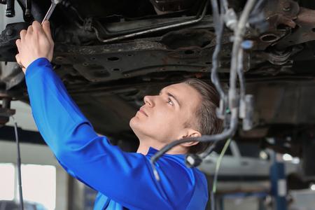 Voiture de réparation de mécanicien masculin dans un centre de service