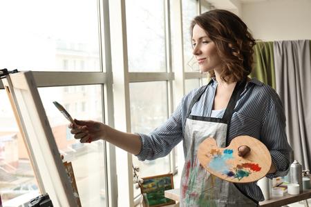 Female artist painting in workshop 版權商用圖片