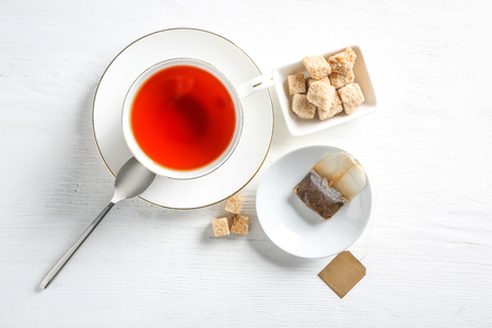 Cup with hot tea and used bag on table Banque d'images