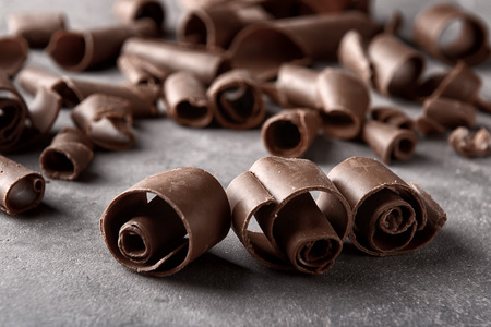 Chocolate curls on grey background, closeup Banque d'images