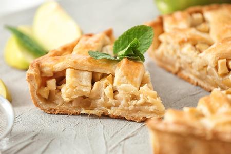 Tarte aux pommes maison savoureuse sur table, gros plan