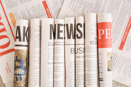 Vari giornali arrotolati