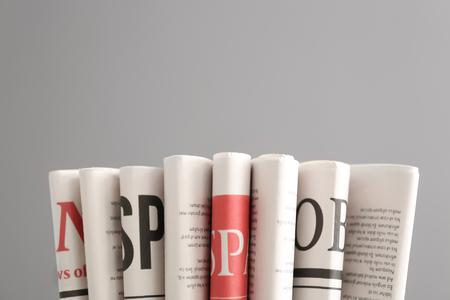 Vari giornali su sfondo grigio