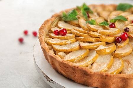Wooden board with tasty homemade apple pie on table, closeup Stockfoto