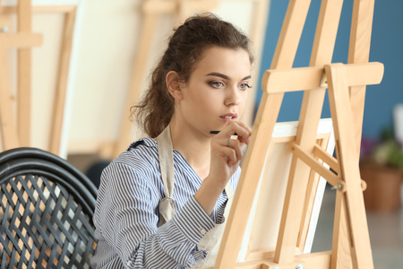 Female student during classes in school of painters Stockfoto