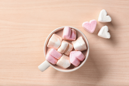 Cup with hot cocoa drink and marshmallows on table, top view Standard-Bild - 114619207