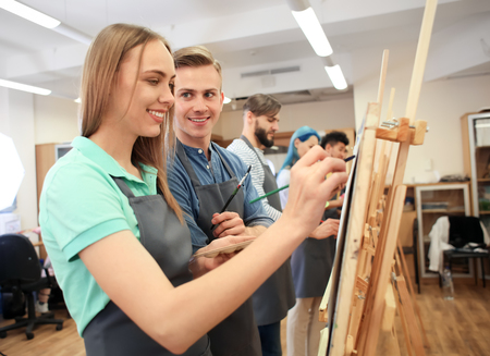 Art students painting in workshop Stockfoto
