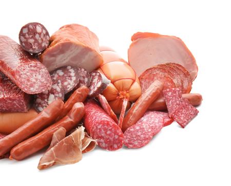 Auswahl an köstlichen Wurstwaren auf weißem Hintergrund Standard-Bild