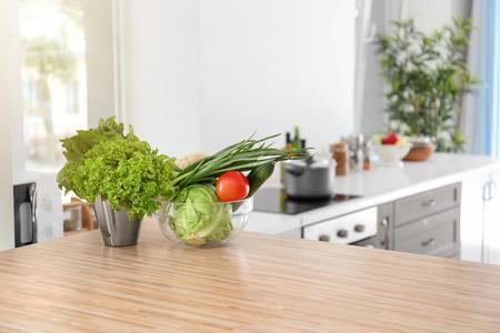 Verse groenten op houten tafel in de keuken Stockfoto
