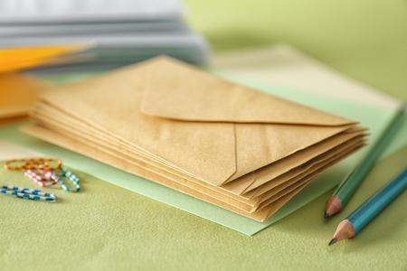 Sobres de correo sobre fondo de color, primer plano Foto de archivo