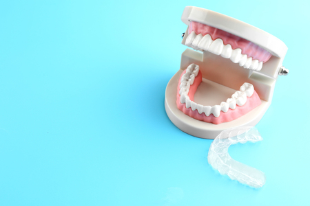 Artificial jaw and occlusal splint on color background Standard-Bild