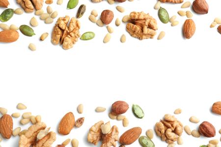 Verschiedene Nüsse auf weißem Hintergrund