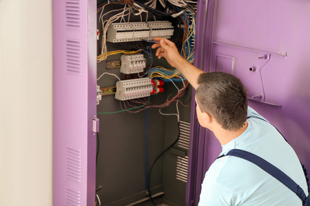 Electrician repairing distribution board Banque d'images