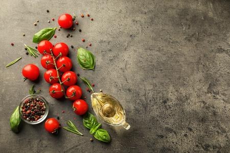 Composition avec des tomates cerises mûres sur fond sombre