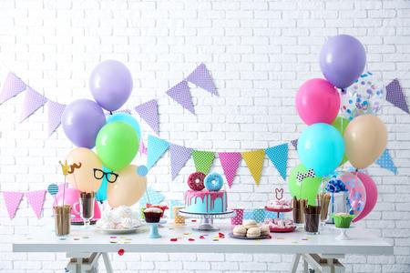 Mesa con dulces preparados para fiesta de cumpleaños Foto de archivo
