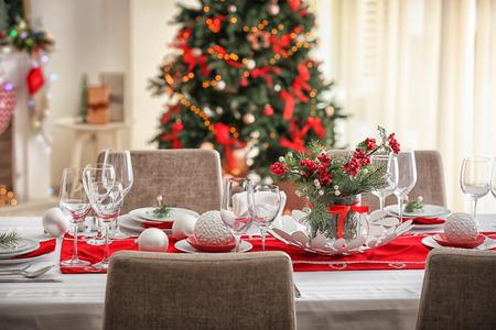 Mesa servida para la cena navideña en el salón
