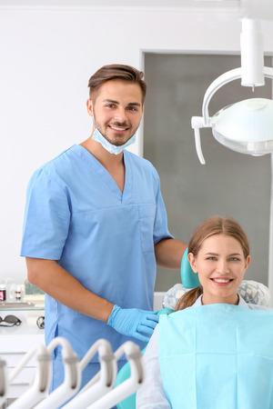 Dentista y su paciente en la clínica. Foto de archivo