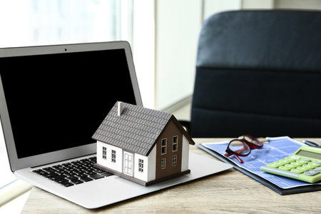 House model with laptop on table. Mortgage concept Banque d'images