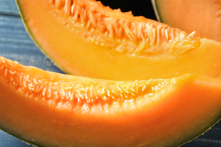 Pieces of cut ripe melon on table, closeup 免版税图像