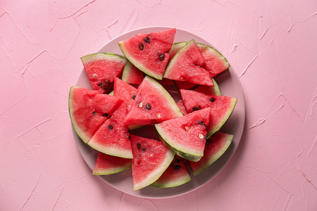 Plate with slices of ripe watermelon on color background 版權商用圖片
