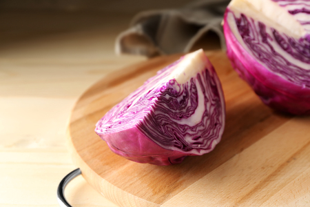 Cut red cabbage on wooden board Stockfoto