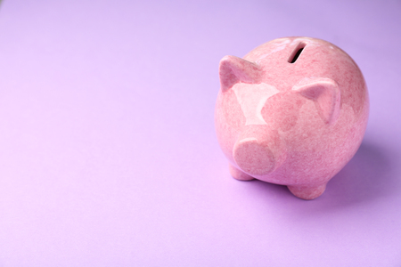 Piggy bank on color background Banque d'images