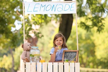 Little girl at lemonade stand in park Stockfoto