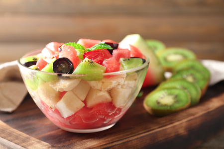 Bowl with delicious watermelon salad on wooden board Stockfoto