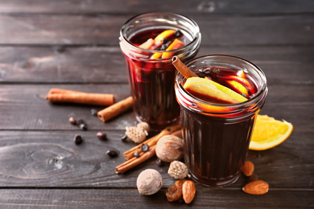 Jars of delicious mulled wine on wooden table Stok Fotoğraf - 119753216