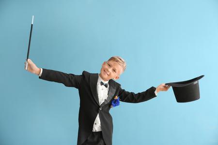 Mignon petit magicien sur fond de couleur