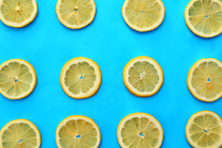 Flat lay composition with lemon slices on color background Imagens