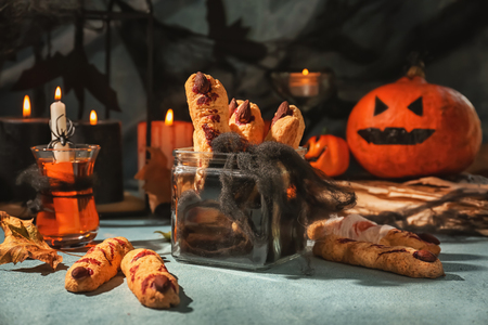 Tarro con galletas creativas preparadas para la fiesta de Halloween en la mesa Foto de archivo