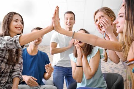 Mensen die samen plezier hebben binnenshuis. eenheidsconcept